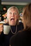 Ältere Frau in der Küche mit Tochter oder Freund Stockbild