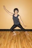 Ältere Frau in der Yoga-Haltung Stockfoto