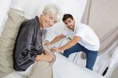Ältere Frau des Bildes und junger Mann stockfotografie