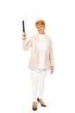 Ältere Frau des Lächelns, die oben mit hege Stift zeigt Lizenzfreie Stockbilder