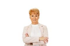 Ältere Frau des Lächelns mit den gefalteten Händen Stockfotos