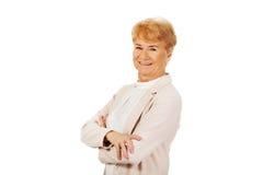 Ältere Frau des Lächelns mit den gefalteten Händen Stockbilder