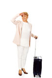 Ältere Frau des Lächelns mit Koffer Stockbilder