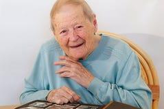 Ältere Frau, die über ihrer Lebensdauer erklärt Stockbilder