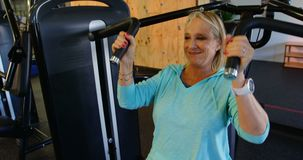 Ältere Frau, die Übung auf Kastenpressemaschine 4k tut stock video