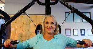 Ältere Frau, die Übung auf Kastenpressemaschine 4k tut stock footage