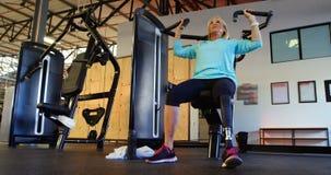 Ältere Frau, die Übung auf Kastenpressemaschine 4k tut stock video footage