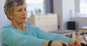 Ältere Frau, die Übung 4k ausdehnend tut stock video footage