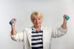 Ältere Frau, die Übungen mit Dummköpfen tut Lizenzfreies Stockbild