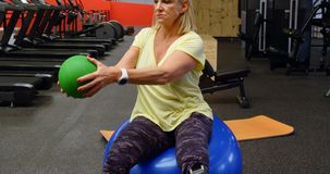 Ältere Frau, die ABStraining mit Übungsball 4k tut stock video footage