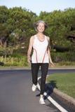 Ältere Frau, die auf Straße läuft lizenzfreie stockfotografie