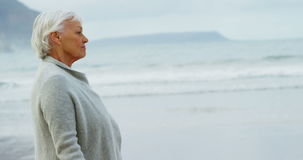 Ältere Frau, die auf Strand geht stock video footage