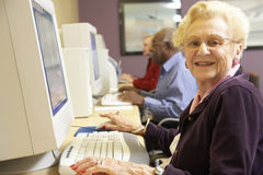 Ältere Frau, die Computer verwendet lizenzfreies stockbild