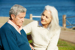 Ältere Frau, die deprimierten Ehemann tröstet stockfotos