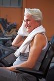 Ältere Frau, die in der Gymnastik schwitzt Lizenzfreie Stockfotografie