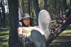 Ältere Frau, die in der Hängematte sich entspannt lizenzfreie stockfotografie