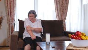 Ältere Frau, die in der Hand unter den Schmerz leidet stock footage