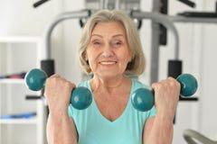 Ältere Frau, die in der Turnhalle trainiert lizenzfreie stockfotografie