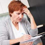 Ältere Frau, die durch ihre alten Empfänge sortiert Lizenzfreie Stockbilder