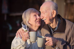 Ältere Frau, die Ehemann küsst stockfotografie