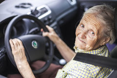 Ältere Frau, die ein Auto antreibt lizenzfreie stockfotografie