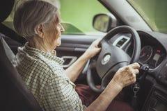 Ältere Frau, die ein Auto antreibt lizenzfreies stockbild