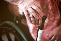 Ältere Frau, die eine ältere behinderte Frau hält lizenzfreies stockbild