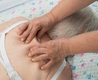 Ältere Frau, die eine Massage hat Stockbild