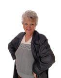 Ältere Frau, die in einem Mantel steht Stockfoto