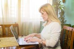 Ältere Frau, die einen Computer verwendet Stockfotografie