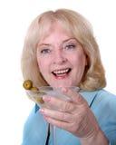 Ältere Frau, die einen Martini anhält Stockfotografie