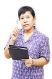 Ältere Frau, die einen Stift hält Lizenzfreie Stockbilder