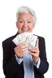 Ältere Frau, die Eurogeld gewinnt Lizenzfreie Stockbilder