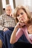 Ältere Frau, die für kranken Ehemann sich interessiert Lizenzfreie Stockfotografie