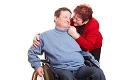 Ältere Frau, die für Mann sich interessiert Stockbilder