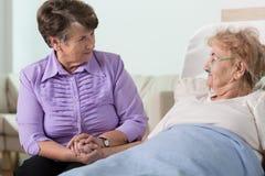 Ältere Frau, die für Schwester sich interessiert Lizenzfreie Stockfotos