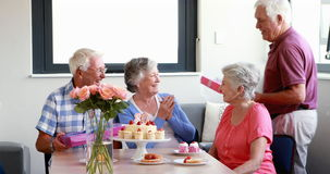 Ältere Frau, die Geschenk von ihrem Freund empfängt stock video