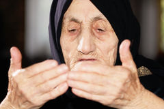 Ältere Frau, die Hände betrachtet stockbild