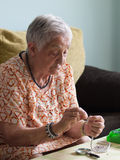 Ältere Frau, die Halsketten macht Stockbilder