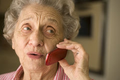 Ältere Frau, die Handy verwendet Stockbild