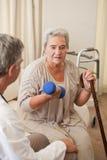 Ältere Frau, die ihre Übungen tut stockfotografie