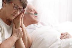 Ältere Frau, die ihre Ehemann ` s Hand hält stockfotos