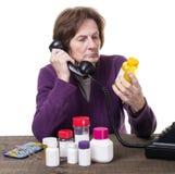 Ältere Frau, die ihren Doktor über Medizin konsultiert Stockfotos