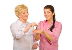 Ältere Frau, die ihrer Tochter Tasten gibt Lizenzfreies Stockfoto