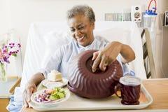 Ältere Frau, die im Krankenhaus-Bett sitzt lizenzfreie stockfotos