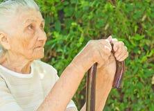 Ältere Frau, die im Park sitzt Lizenzfreies Stockfoto