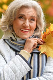 Ältere Frau, die im Park stillsteht Stockfoto