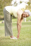 Ältere Frau, die im Park trainiert Lizenzfreie Stockbilder