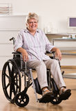 Ältere Frau, die im Rollstuhl sitzt Lizenzfreies Stockfoto