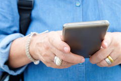Ältere Frau, die intelligentes Telefon verwendet Lizenzfreie Stockbilder